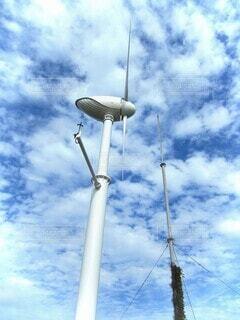 海,空,秋,屋外,白,雲,ボート,青,船,爽やか,アンテナ,風,羽,漁港,秋晴れ,風力,風力発電機,日中,気持ち良い,発電機