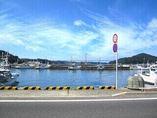 風景,海,空,秋,橋,屋外,白,雲,ボート,青,船,道路,水面,標識,爽やか,漁港,秋晴れ,みなと,車両,車止め,気持ち良い