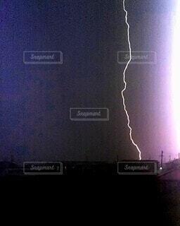 空,夜空,雲,暗い,ライト,シルエット,光,電気,雷,フラッシュ,ゴロゴロ,嵐,夜中,真夜中,稲妻,落雷,雷雨,雷鳴,放電,雷光,ピカッ,いなづま,一閃
