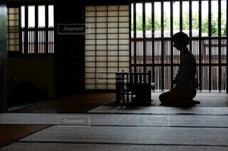和室で佇む女性の写真・画像素材[4796846]