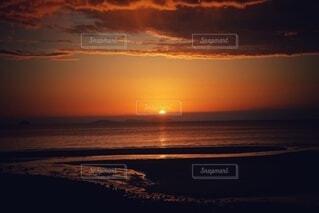 自然,風景,海,空,屋外,湖,太陽,ビーチ,雲,夕焼け,夕暮れ,水面,地平線,日の出,お洒落,壁紙,穏やか,エモい,えもい,朝の赤い空