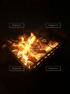 家族,自然,夜,散歩,暗い,景色,パン,野菜,グリル,キャンプ,炎,暖炉,火,たき火,肉,バーベキュー,明るい,BBQ,熱,穏やか,点灯