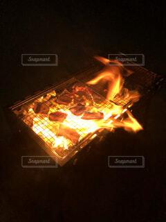 家族,自然,夜,散歩,暗い,景色,パン,野菜,グリル,キャンプ,炎,暖炉,火,たき火,肉,料理,熱