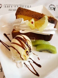 皿の上のケーキの写真・画像素材[4936916]