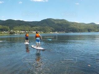 水の体の隣に立っている男の写真・画像素材[4805346]