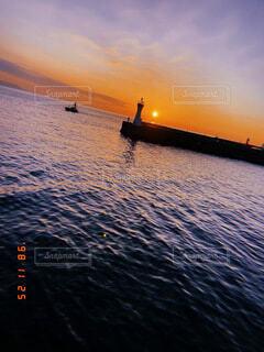 海,空,夕日,屋外,湖,ビーチ,雲,夕暮れ,船,水面,鉄塔,釣り,漁船,思い出,夢,フィッシング,夜釣り,夕日が綺麗
