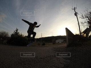 空,屋外,雲,人物,人,空気,スノーボード,スケート ボード,スポーツ用品,スケートボーダー