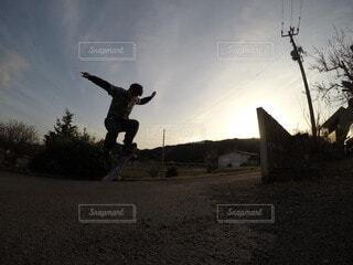 空,屋外,ジャンプ,人物,人,スノーボード,履物,スケート ボード,スポーツ用品,ボードスポーツ,スケートボーダー,ストリートスタント,スケートボード機器