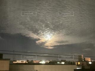 空,夜空,屋外,雲,光,電線,月,満月,うろこ雲,ウロコ雲,大きい月,明るい月,燃えてる