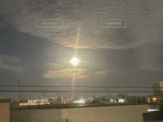 空,夜,夜空,屋外,光,電線,月,満月,大きい月,明るい月,燃えてる
