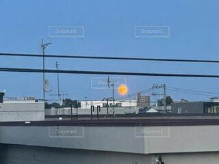 空,屋外,雲,青空,青,夕暮れ,オレンジ,電線,月,満月,テキスト,街路灯,大きい月,オレンジの月,燃えてる
