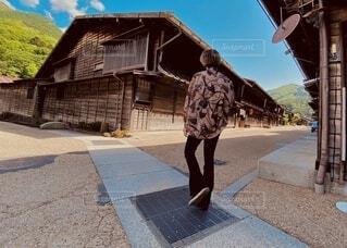 風景,空,屋外,山,レトロ,古い,人物,人,地面,昭和,懐かしい,通り,家屋,履物,散策,ズボン,軒並み,柄シャツ