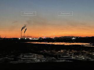 空,屋外,湖,太陽,雲,夕焼け,夕暮れ,水面,工場,水田,日没,煙突