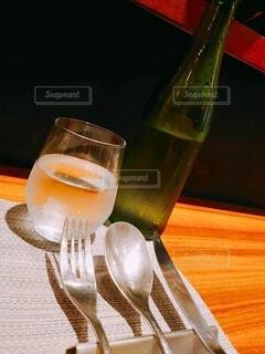 カフェ,ランチ,屋内,ガラス,フォーク,ナイフ,テーブル,スプーン,食器,ボトル,グラス,イタリアン,カウンター,シルバー,飲料