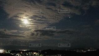 背景に夕日のある人の写真・画像素材[3926211]