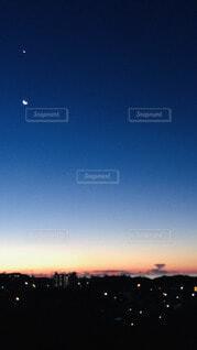 夜明け前田の月の写真・画像素材[3928921]