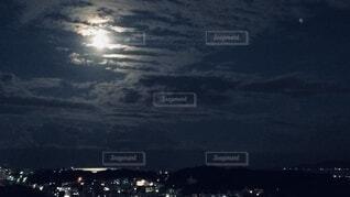 青い月明かりの写真・画像素材[3955033]