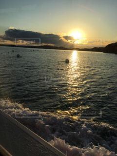 海,夕日,波,船上