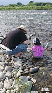 息子くん、初めての川遊びの写真・画像素材[4803143]