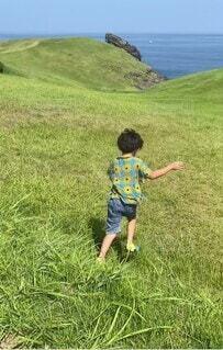 自然,海,空,子供,走る,人物,人,夏休み,男の子,思い出,大草原,7歳,男児,大海原,全力疾走,パーソン