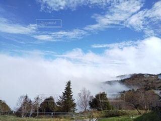 雲の近くの写真・画像素材[4839377]