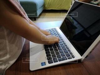 子ども,屋内,人物,人,赤ちゃん,仕事,キーボード,コンピューター,テキスト,Windows,タイピング,エレクトロニクス,ノート パソコン,パーソン