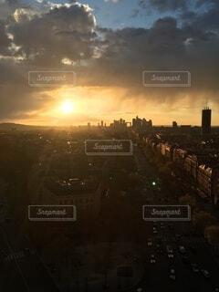 風景,空,建物,夕日,屋外,太陽,雲,夕暮れ,タワー,都会,高層ビル,日の出,くもり