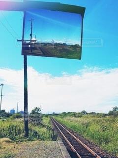駅,晴れ,青空,線路,北海道,反射,鏡,新緑,廃線,ミラー,天気,原っぱ,駅舎