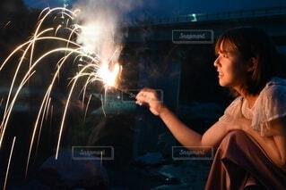 花火,水辺,人物,人,煙,炎,火,夏の終わり,景観