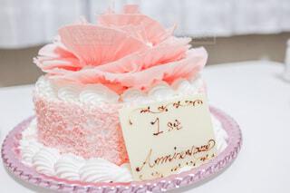 食べ物,ケーキ,食事,屋内,ピンク,白,バラ,フード,テーブル,皿,誕生日,記念日,誕生日ケーキ,菓子,アイシング,飲食,デコレーションケーキ,ケーキスタンド,バタークリーム,シュガーケーキ,ウエディング ケーキ