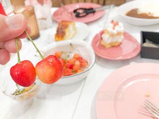 食べ物,食事,屋内,フード,デザート,テーブル,果物,トマト,さくらんぼ,皿,人物,人,ファストフード,飲食,イチゴ