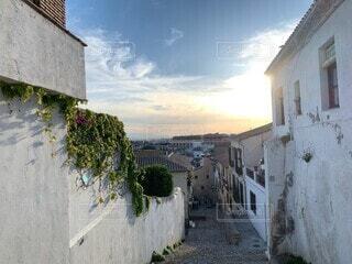 風景,空,建物,花,夏,夕日,絶景,屋外,緑,白,雲,青,夕暮れ,窓,鮮やか,家,路地,スペイン,草木,休暇,南西班牙