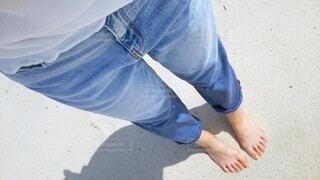 裸足で浜辺の写真・画像素材[4809102]