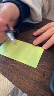 屋内,テーブル,ペン,人物,人,木目,事務用品,使用中