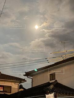 自然,風景,空,夜空,屋外,雲,家,月,満月,くもり,十五夜,中秋の名月,街路灯