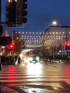 空,建物,屋外,車,都会,高層ビル,明るい,通り,ダウンタウン,交通,車両,街路灯,陸上車両