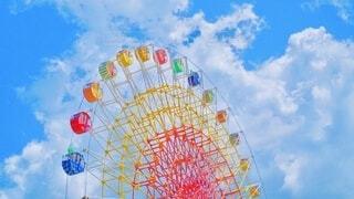 空,夏,乗り物,屋外,カラフル,雲,青空,観覧車,レインボー,観光,楽しい,遊園地,遊び,明るい,ハッピー,虹色,景観,お出かけ,日中,フォトジェニック,インスタ映え,遊園地遊び