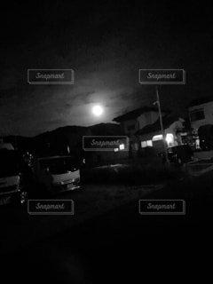 空,夜,屋外,モノクロ,車,暗い,月,車両,黒と白,陸上車両