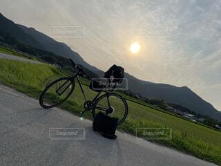 空,自転車,屋外,駐車場,道路,山,草,車両,ホイール,サイクル,スポーツ用品,陸上車両,自転車のホイール
