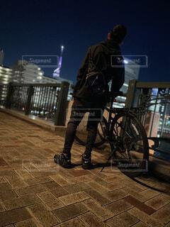 風景,夜,自転車,屋外,人物,人,地面,ホイール,自転車のホイール
