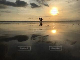 恋人,海,空,屋外,湖,砂,ビーチ,雲,夕暮れ,暗い,水面,反射,日の出,明るい,永遠にともに,一生の一瞬を大切に