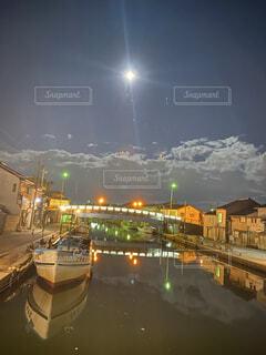 自然,風景,空,夜,屋外,ボート,船,水面,都会,月,満月,明るい,車両,街路灯