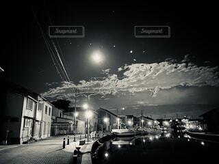 自然,風景,空,夜,屋外,水面,都会,月,道,満月,明るい,通り,街路灯,黒と白