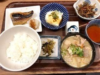 食べ物,ディナー,テーブル,皿,おかず,焼き魚,料理,和食,定食,魚介類,小鉢,豚汁,定食屋,白ごはん
