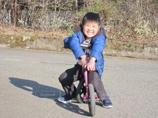 子ども,風景,自転車,屋外,道路,人物,人,赤ちゃん,地面,幼児,少年,若い,ストライダー,スケート,ホイール,履物,少し