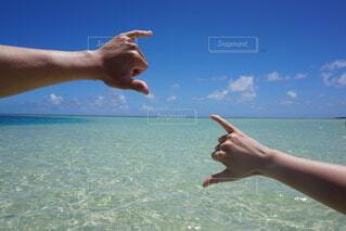 海,空,カップル,屋外,ビーチ,晴れ,手,水面,人物,人,ハワイ,バカンス