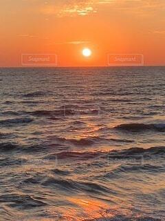 水の体に沈む夕日の写真・画像素材[4817325]