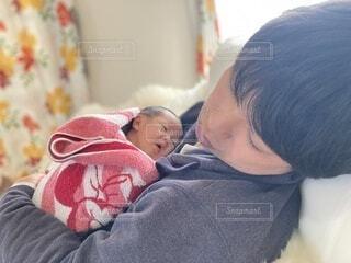 子ども,屋内,昼寝,人物,人,赤ちゃん,幼児,抱っこ,少年,新生児,添い寝,寝かしつけ,パパと赤ちゃん,人間の顔