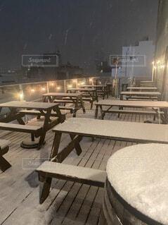 風景,冬,夜,夜景,ディナー,雪,ベンチ,テラス,霧,景色,ライト,椅子,テーブル,イルミネーション,外,家具,デート,ブリティッシュ,パブ,ブリティッシュパブ,寒空
