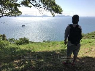 自然,風景,空,屋外,湖,ビーチ,後ろ姿,散歩,水面,田舎,景色,草,樹木,人物,新緑,人,ハイキング,散歩道,デート,リュック,草木,日中,山腹